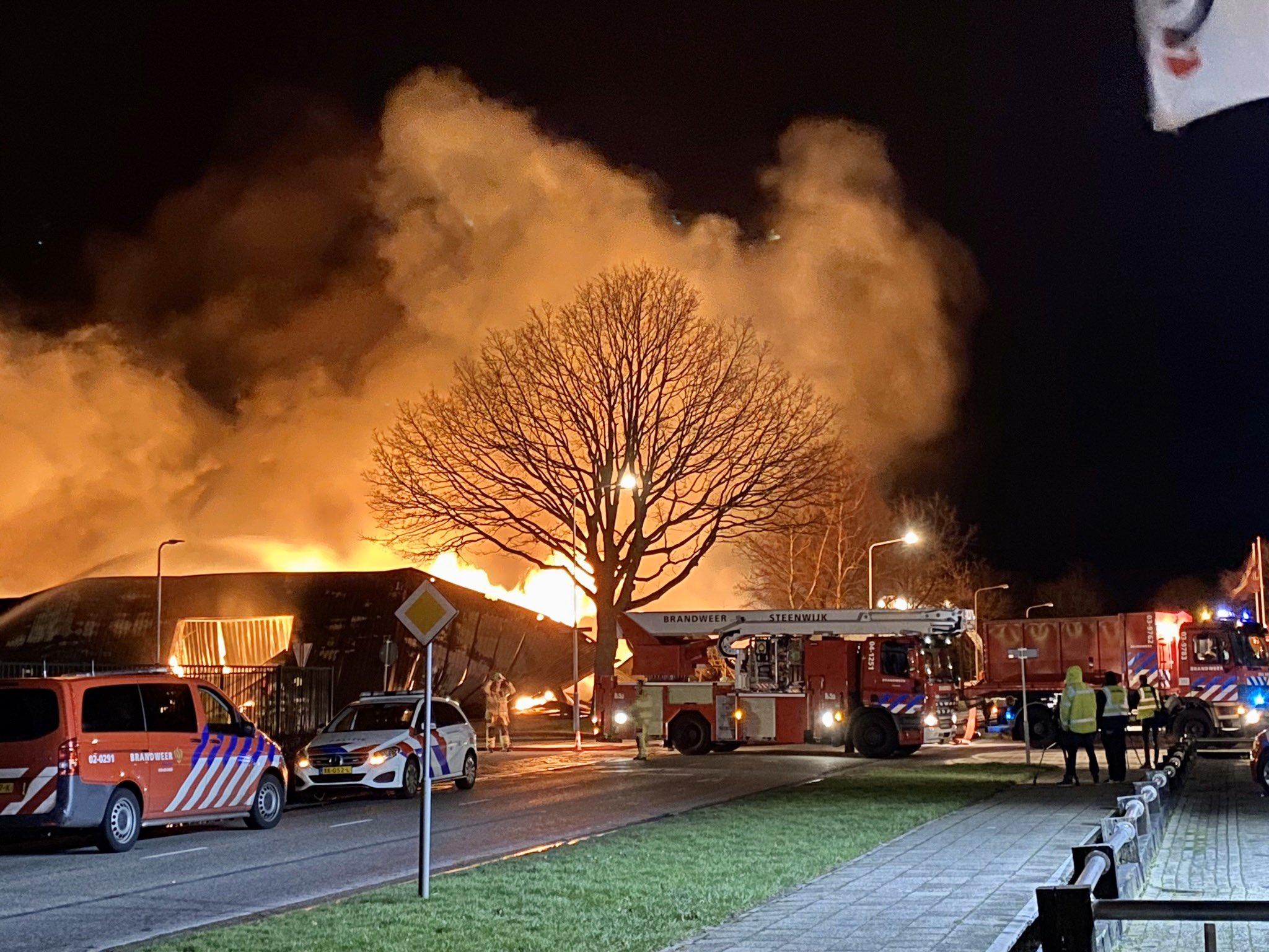 Woningen ontruimd na zeer grote brand in Oosterwolde