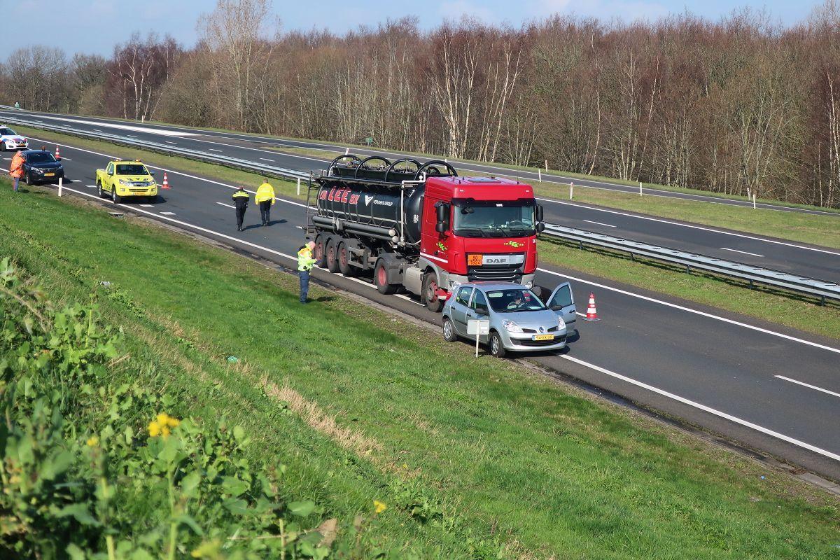 vrachtwagen en personenauto met elkaar in botsing op de Wâldwei bij Drachten