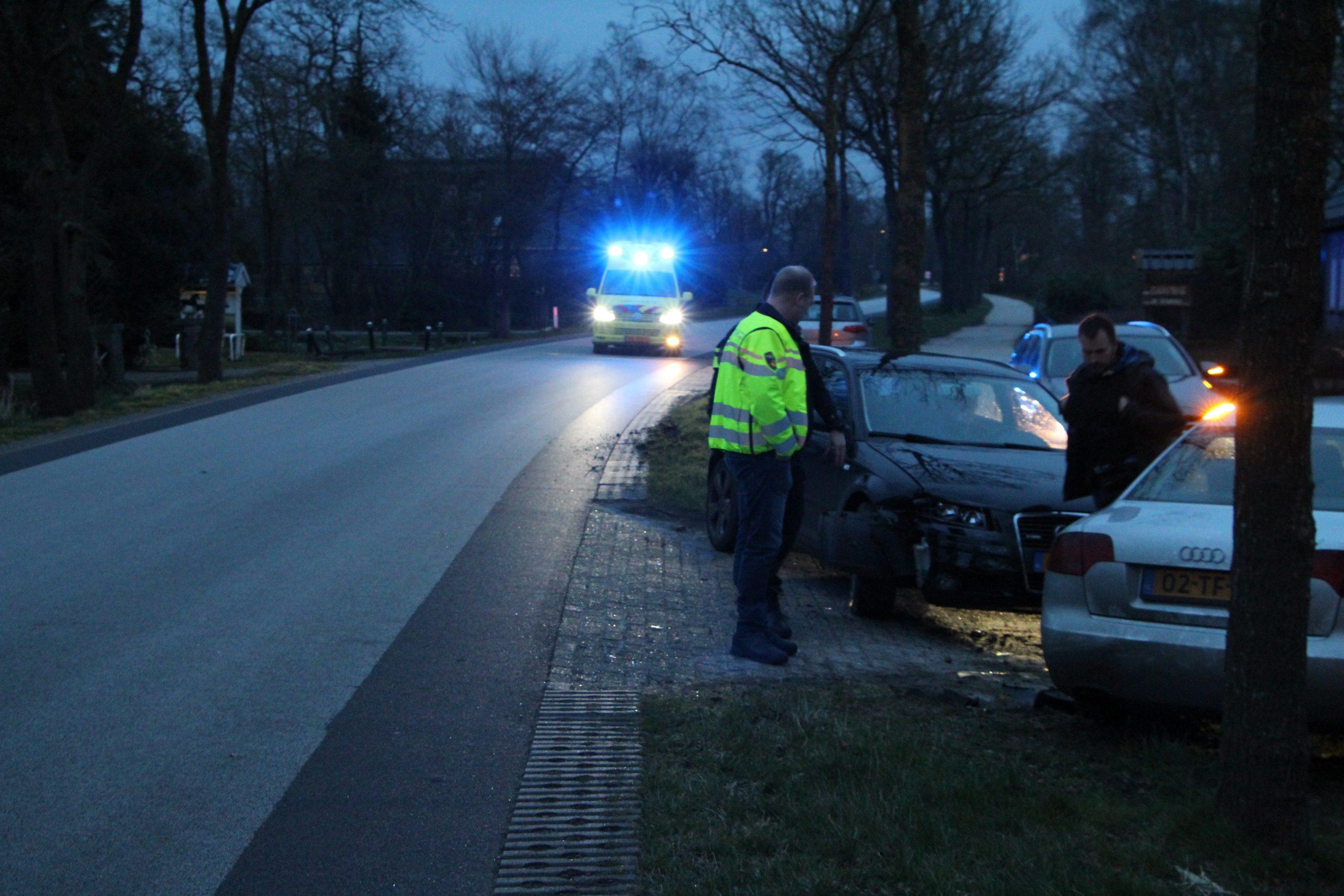 Automobilist botst op afslaande auto in Siegerswoude