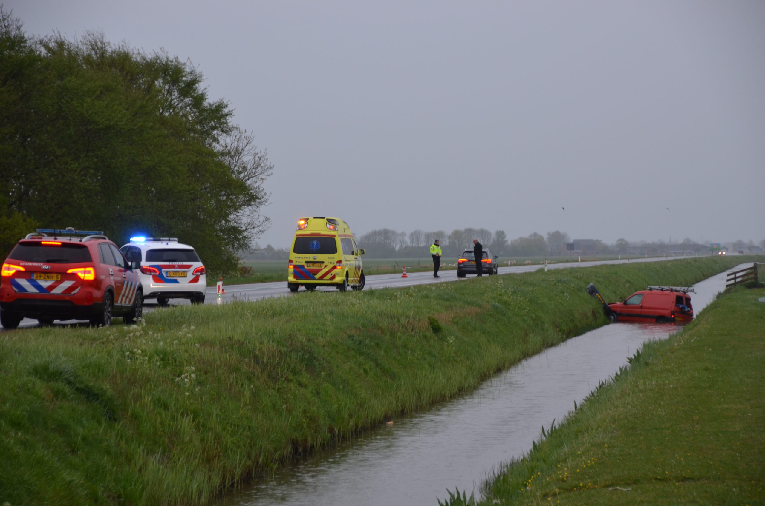 bestelbusje raakte te water bestuurder ongedeerd