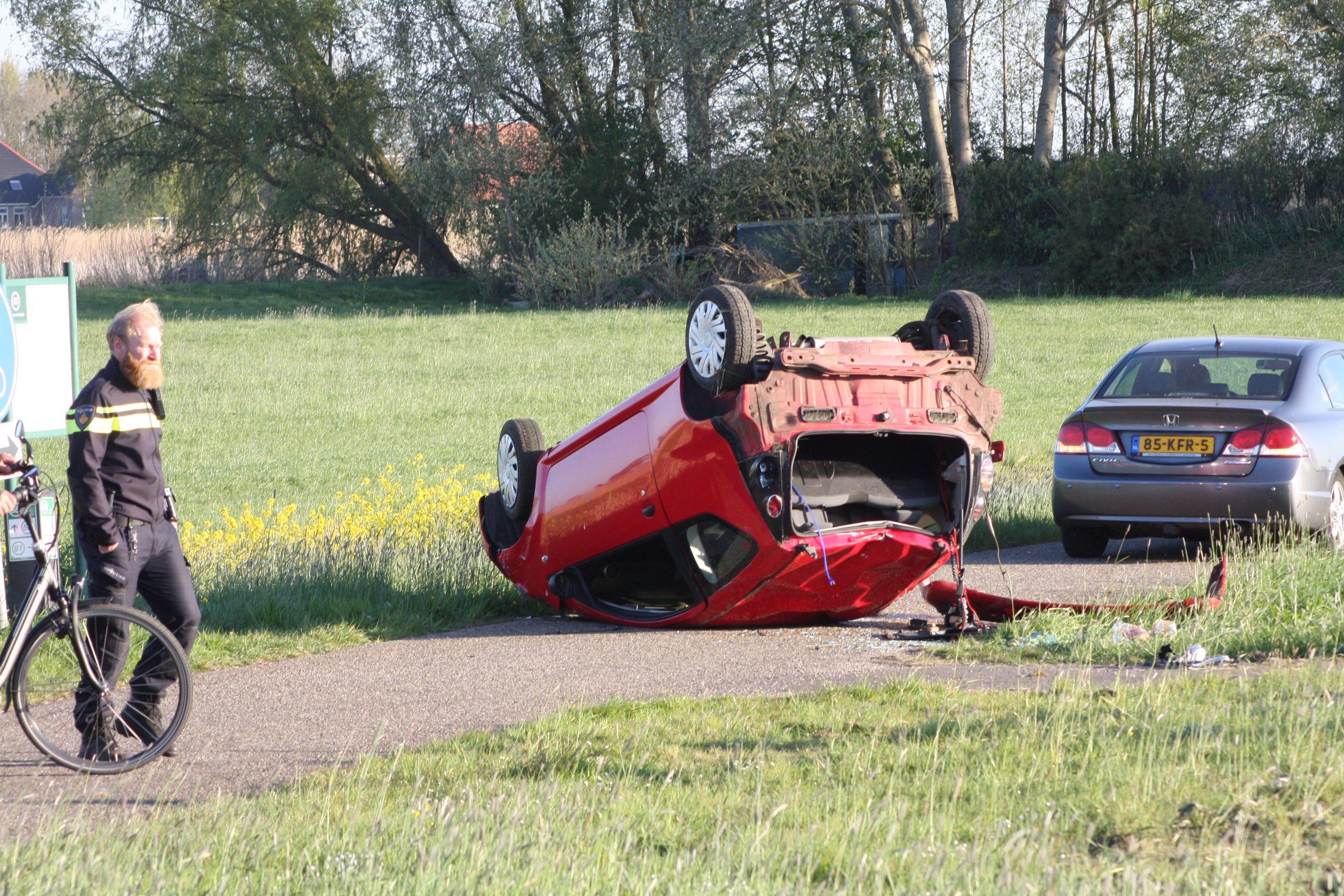Bestuurster slaat met auto over de kop en blijft ongedeerd bij Aldeboarn