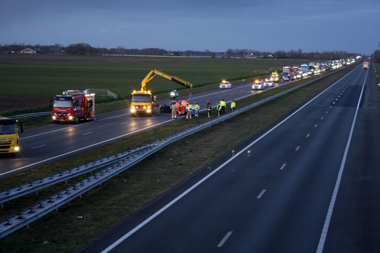 flinke file op de A7 in de richting van Friesland na verkeersongeval tussen twee auto's