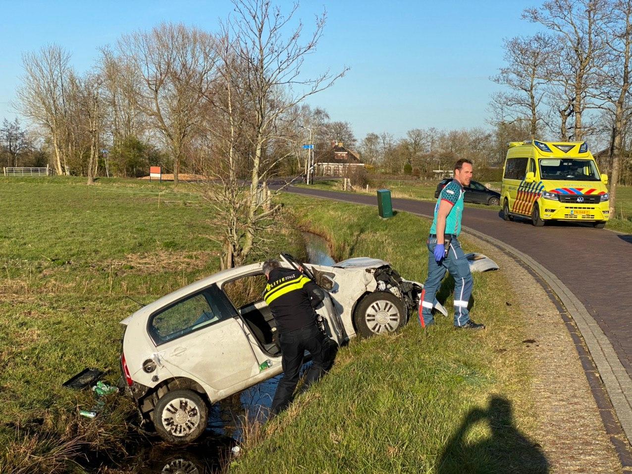 Dronken bestuurder raakt met auto in de sloot bij Oudega