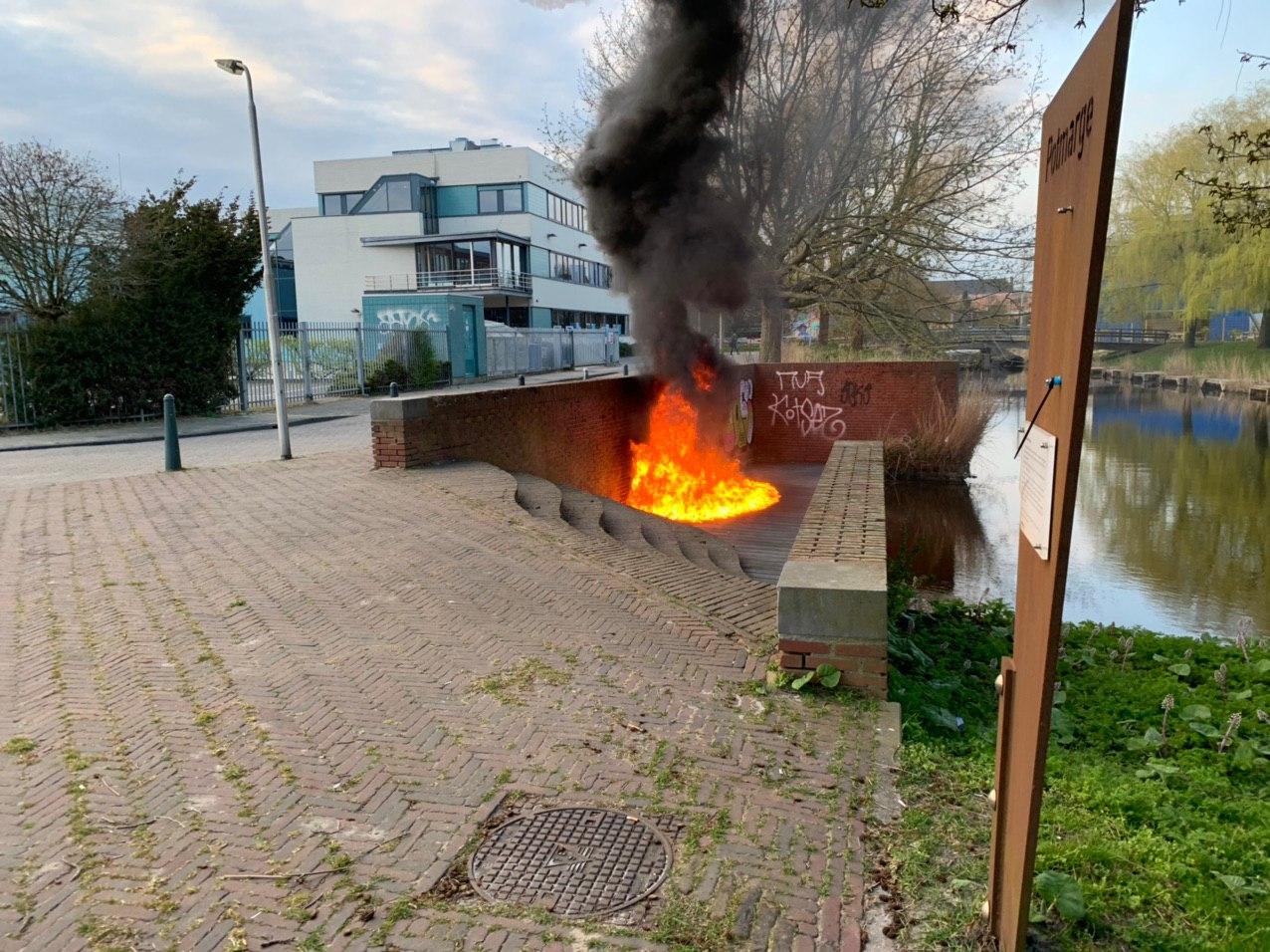 Steiger beschadigd door felle brand in Leeuwarden