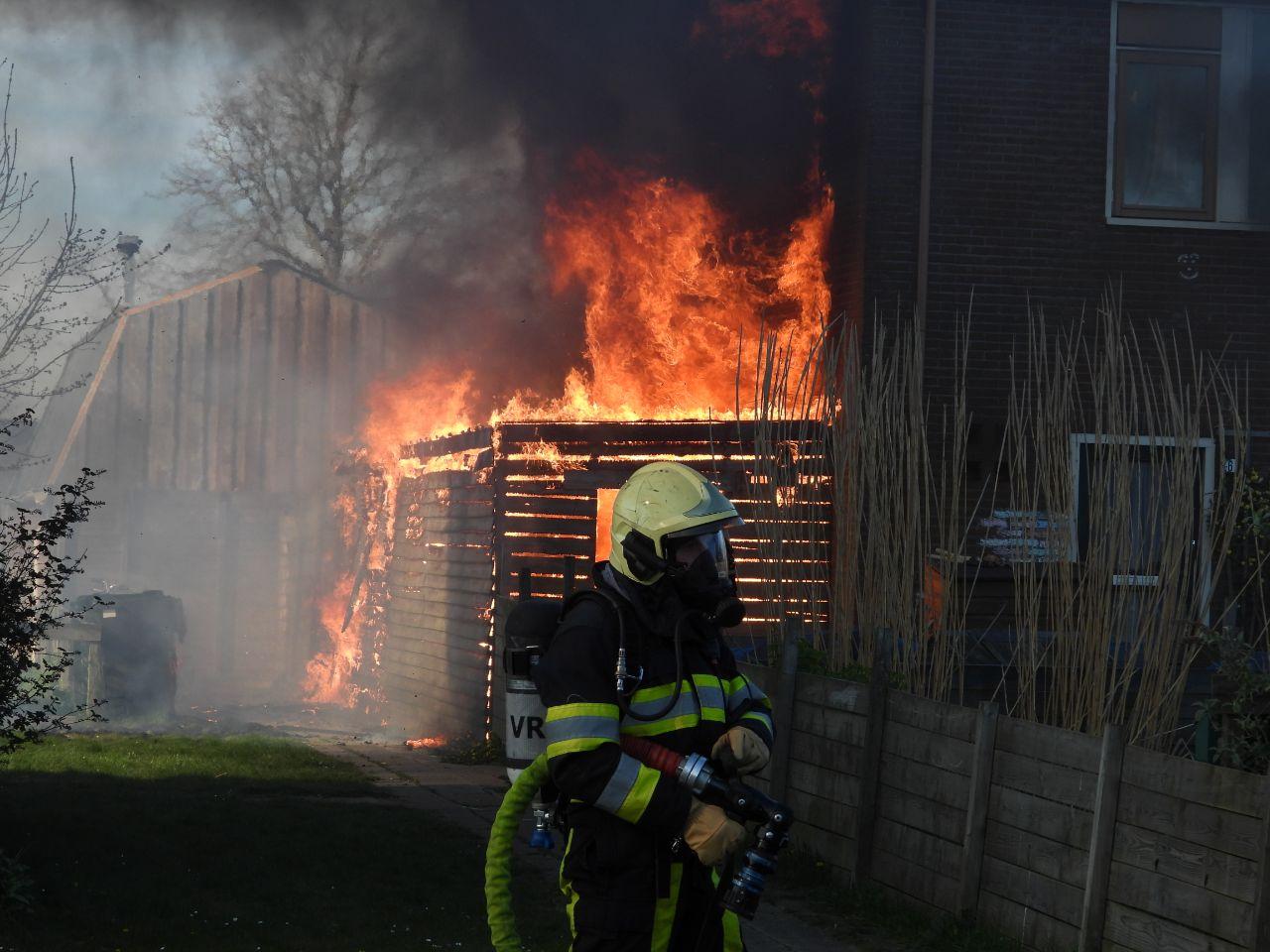 Schuur verwoest door felle brand in St Jacobiparochie