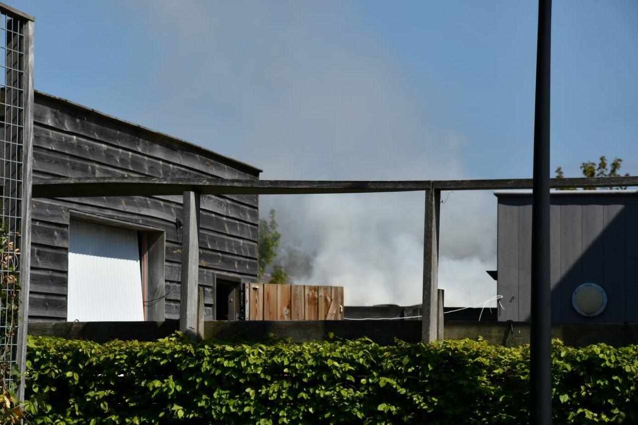 Schuurbrand in achtertuin trekt veel bekijks in Franeker