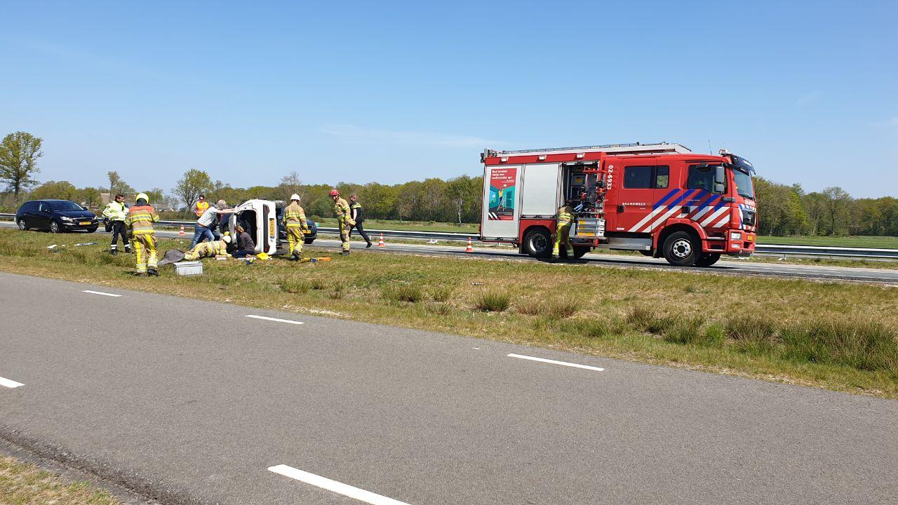 Update foto's Auto vliegt Over de kop na aanrijding op de Opper Haudmare bij Ureterp