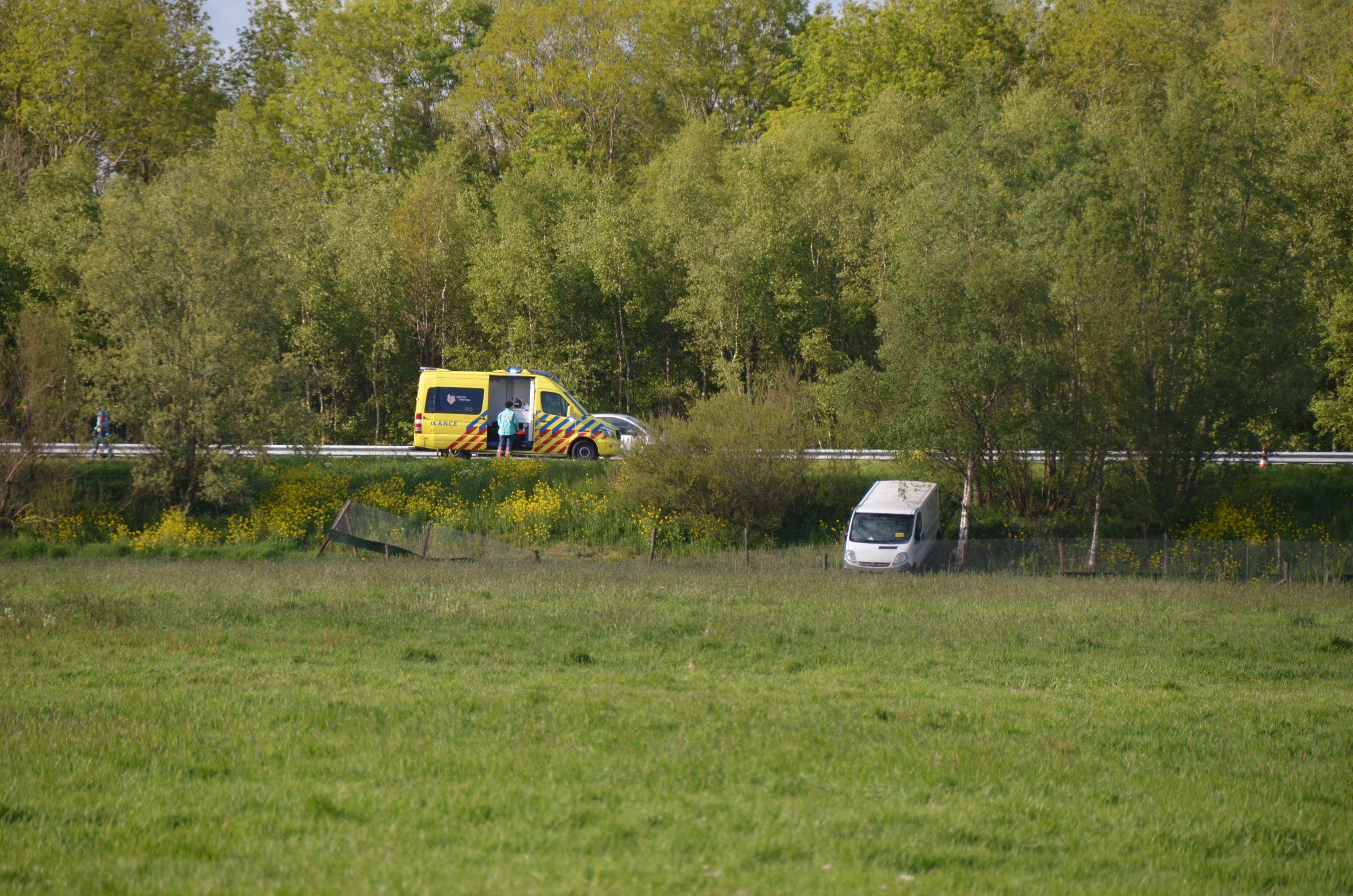 Bestel busje beland in de sloot langs de  N31 bij Warten na eenzijdig ongeval bestuurder gewond