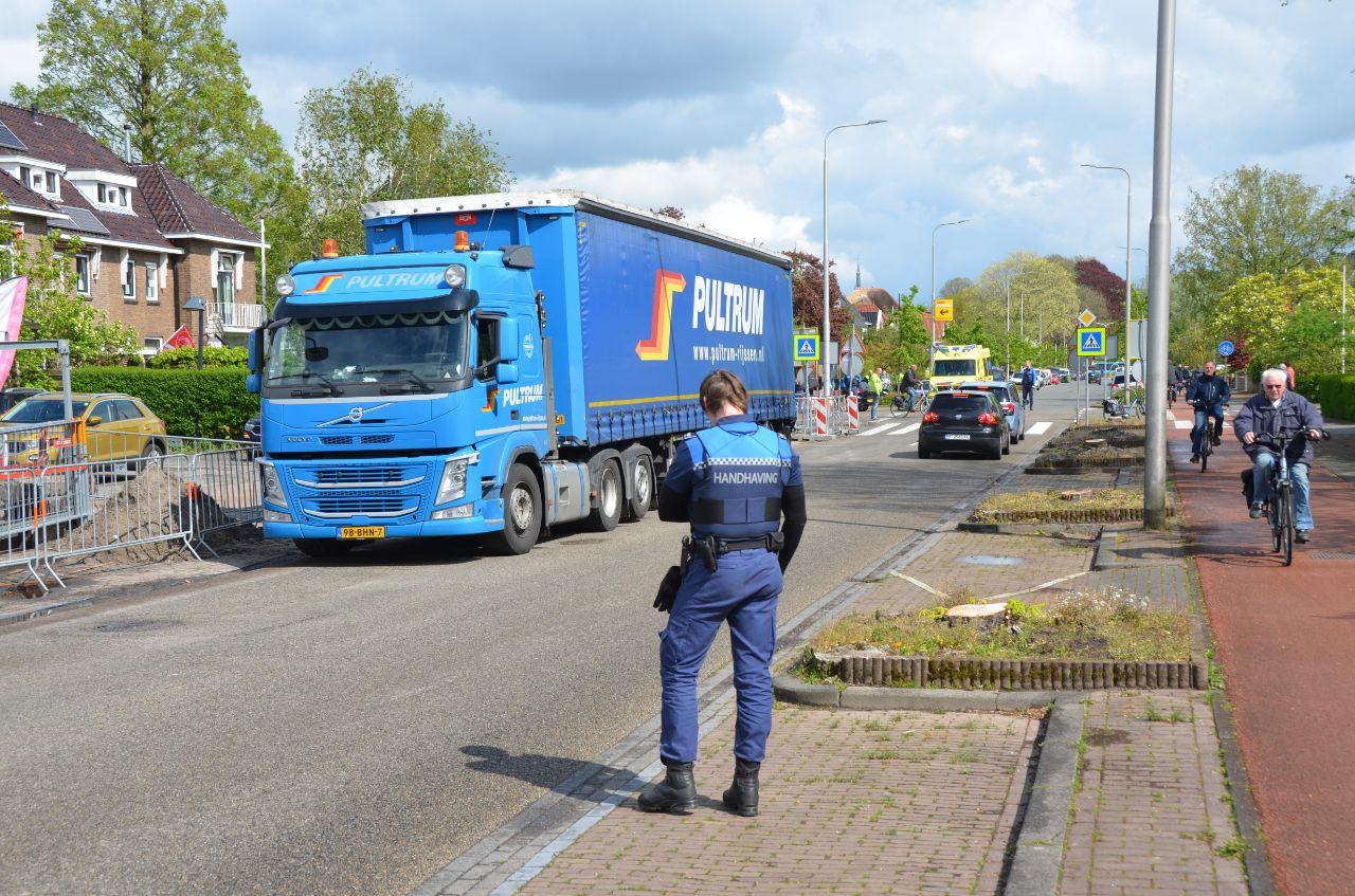 Vrachtwagen en personenauto met elkaar in botsing op de kruising Harlingerstraatweg – Engelsestraat in Leeuwarden