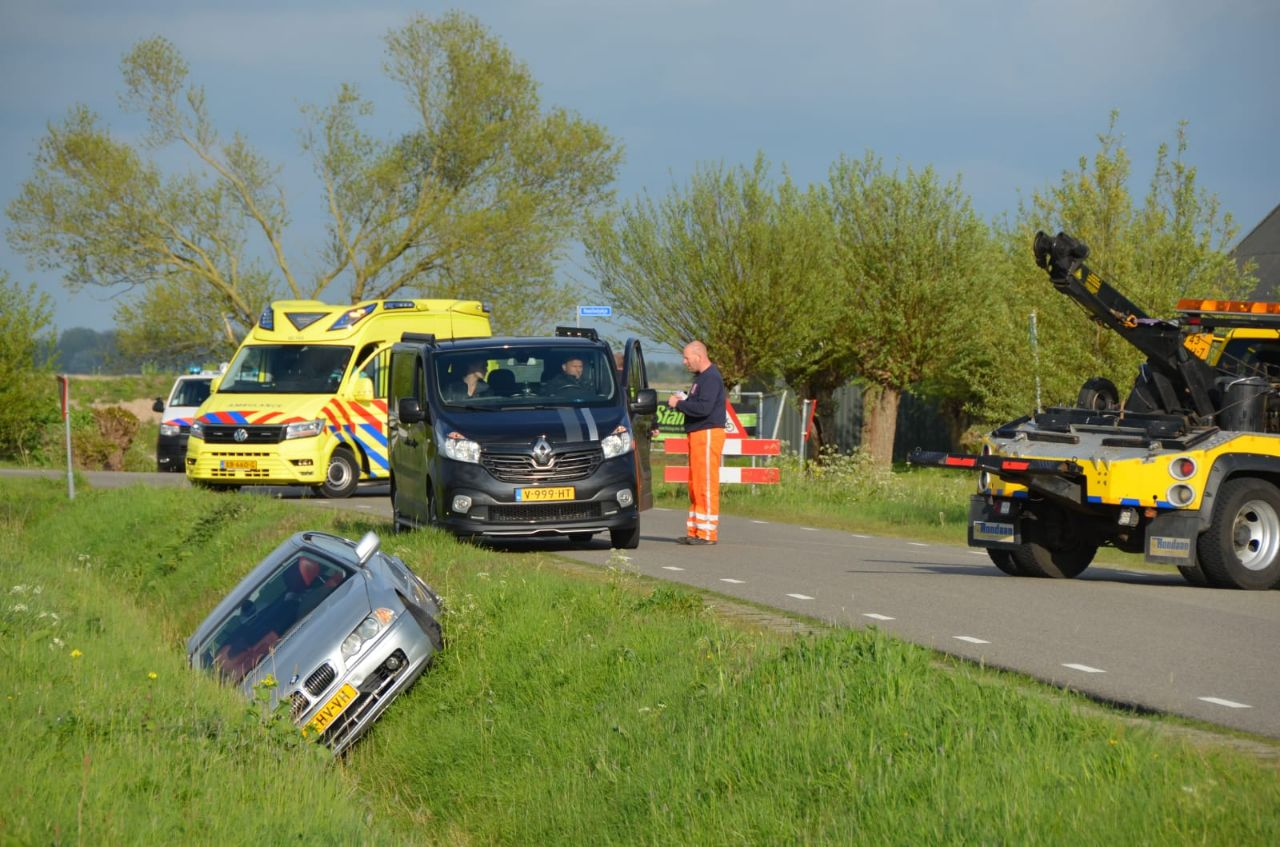 BMW Auto raakte te water bestuurder ongedeerd