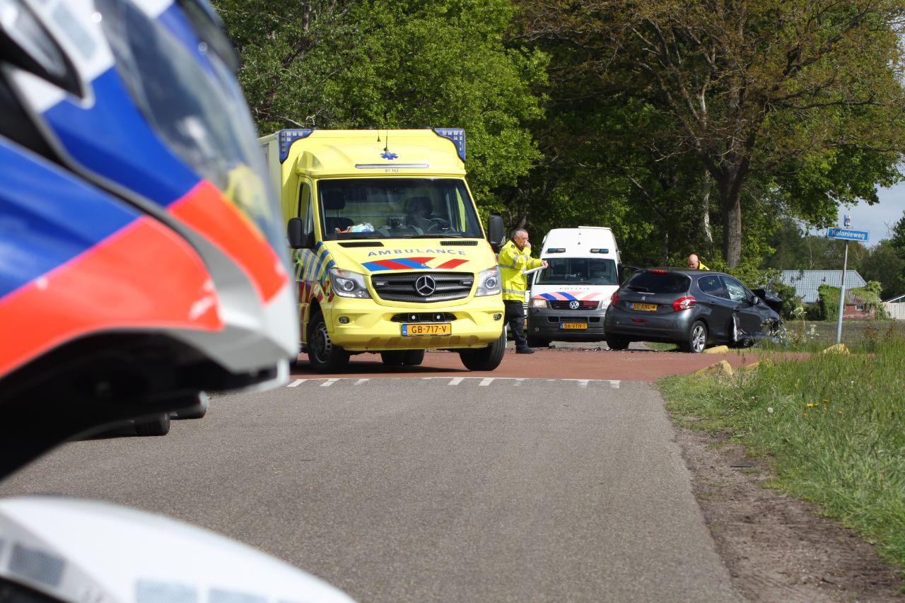 Eén gewonde bij een botsing tussen twee auto's bij Opende