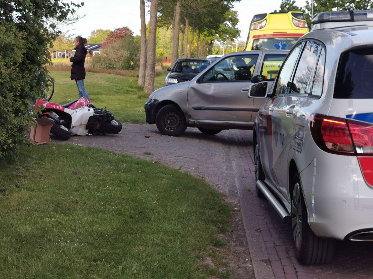 Scooterrijder raakt gewond na botsing tegen kerende Automobilist in Harkema