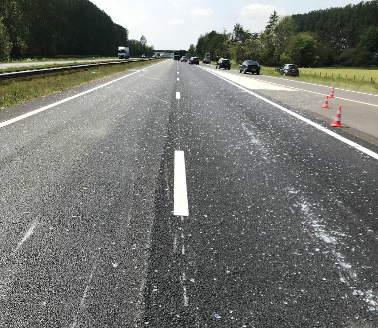 twee rijstroken afgesloten na glassplinters op de A7 in de richting van Friesland