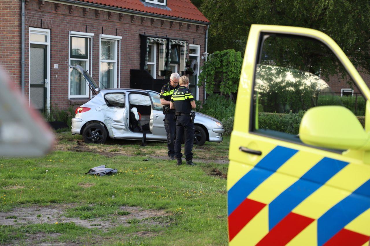 Auto vliegt uit de bocht en belandt in tuin Nij Beets