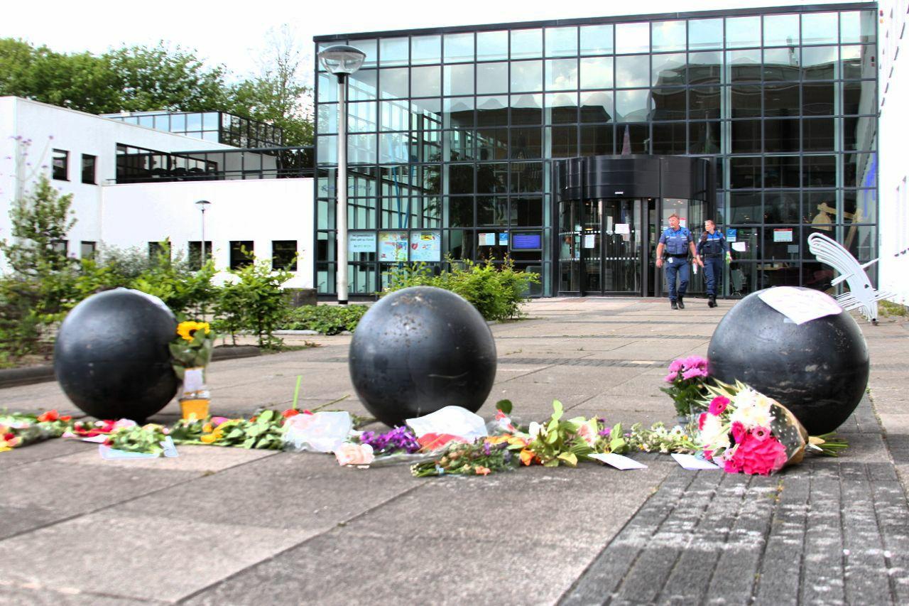 Demonstranten leggen bloemen bij gemeentehuis in Drachten