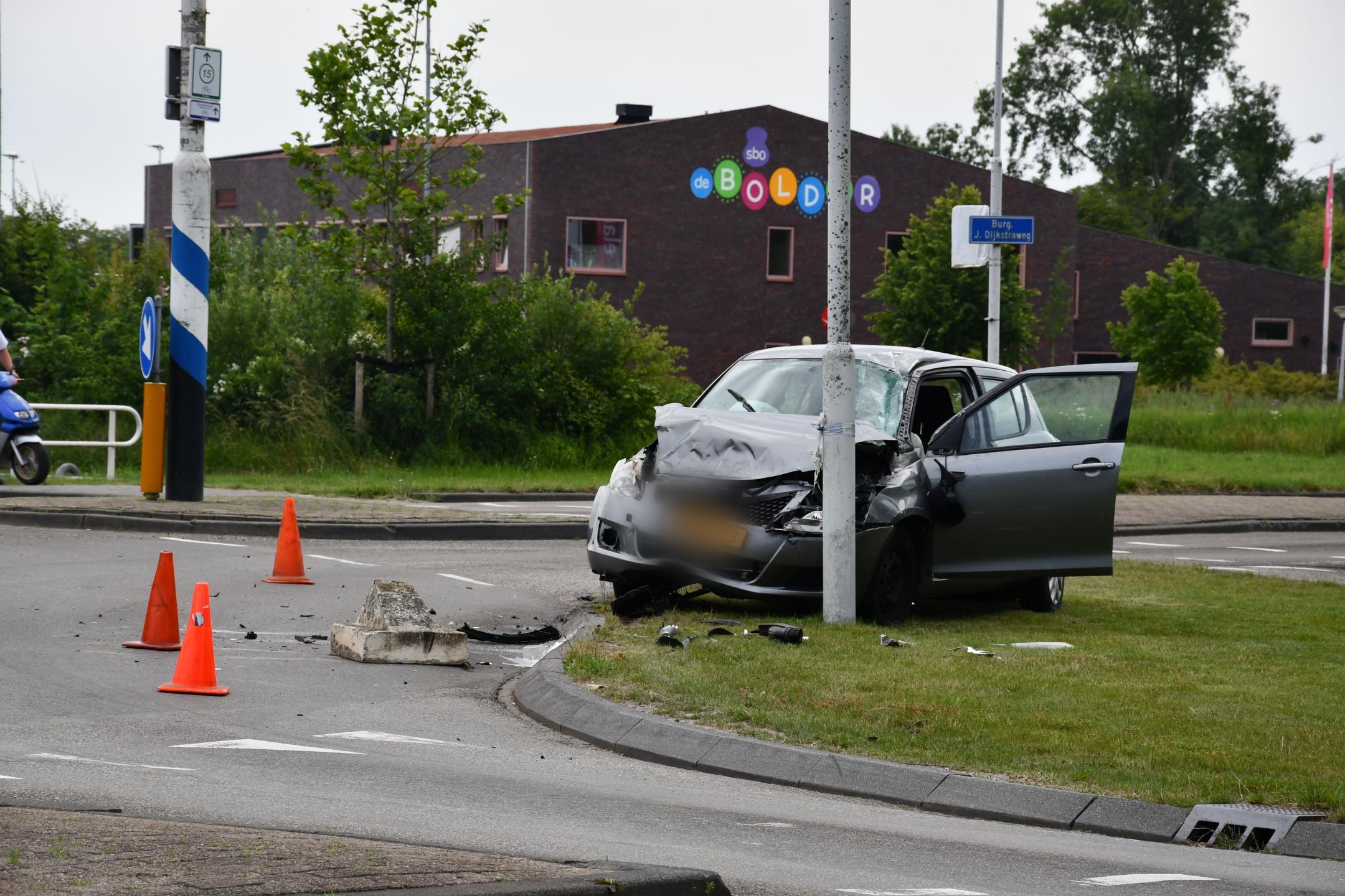 bestuurder raakt gewond na Bosting met Betone blok aan de Prinses Beatrixstraat in franeker