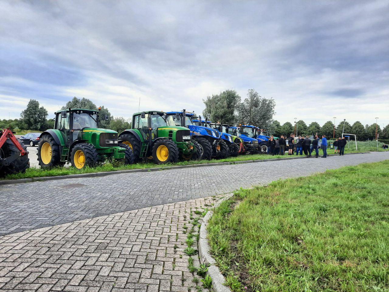 Video Vijfentwintig Boeren verzamelde zich op het Carpoolterein in Heerenveen