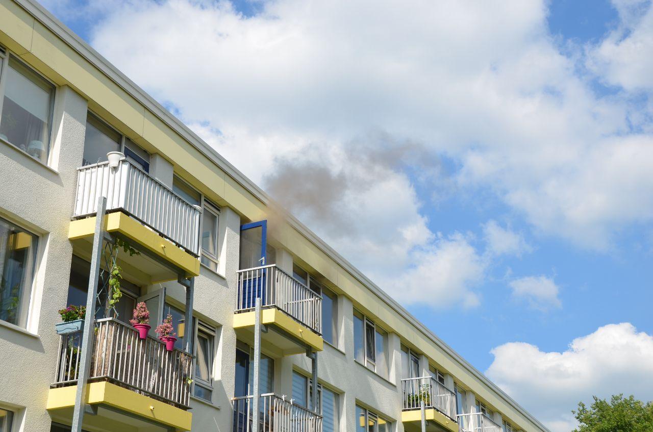 Flinke rookontwikkeling na brand in flatwoning aan de Curaçaostraat in Leeuwarden