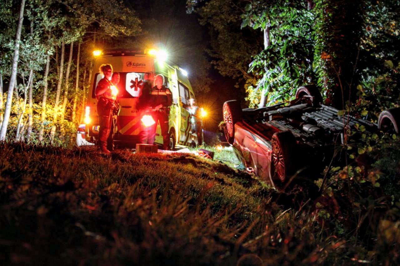 Auto slaat over de kop in de sloot bestuurder wonderbaarlijk ongedeerd bij Boelenslaan