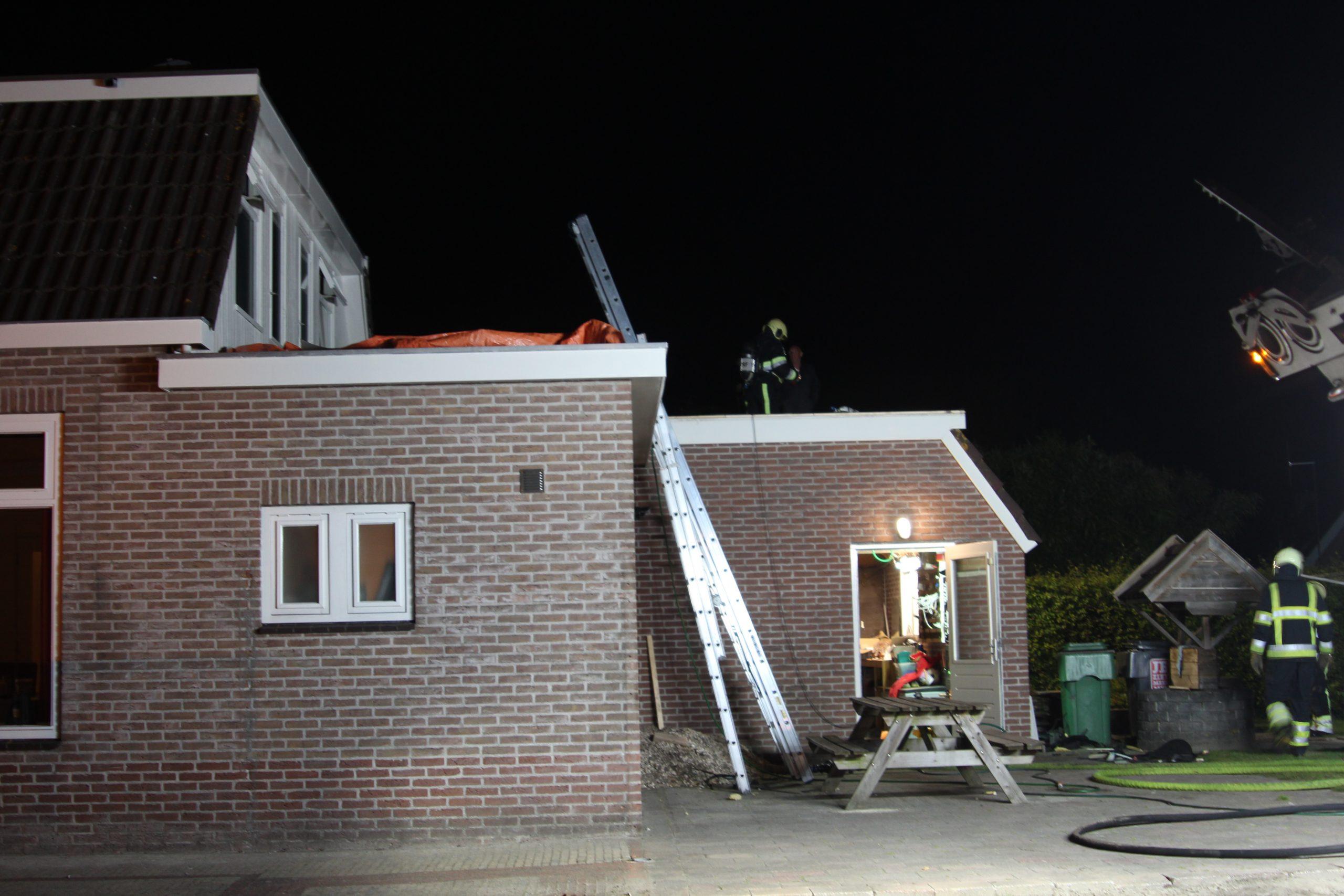Brandweer rukt uit voor melding brand op dak in Garyp