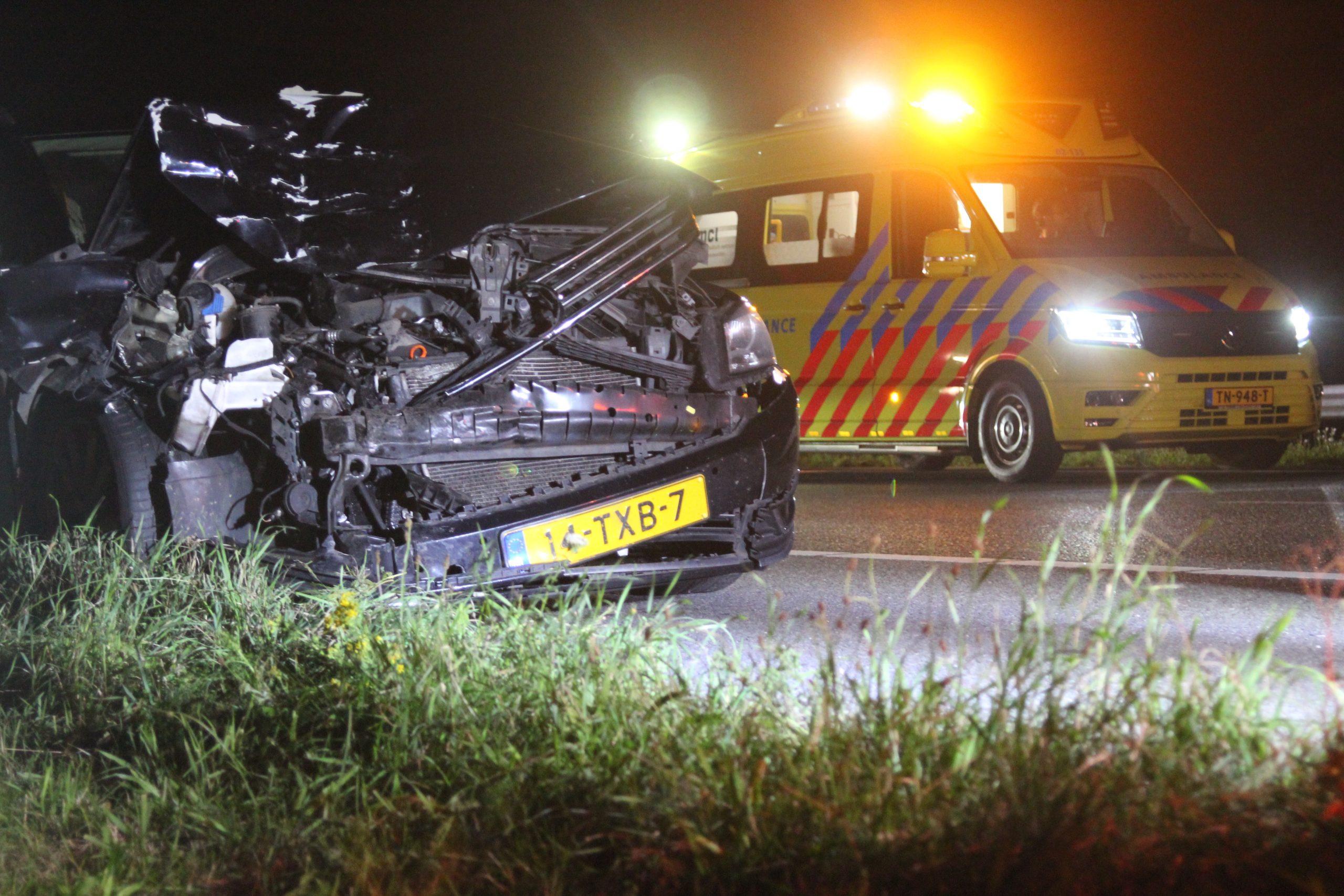 Twee auto's komen met elkaar in botsing op de A7 bij Frieschepalen twee gewond