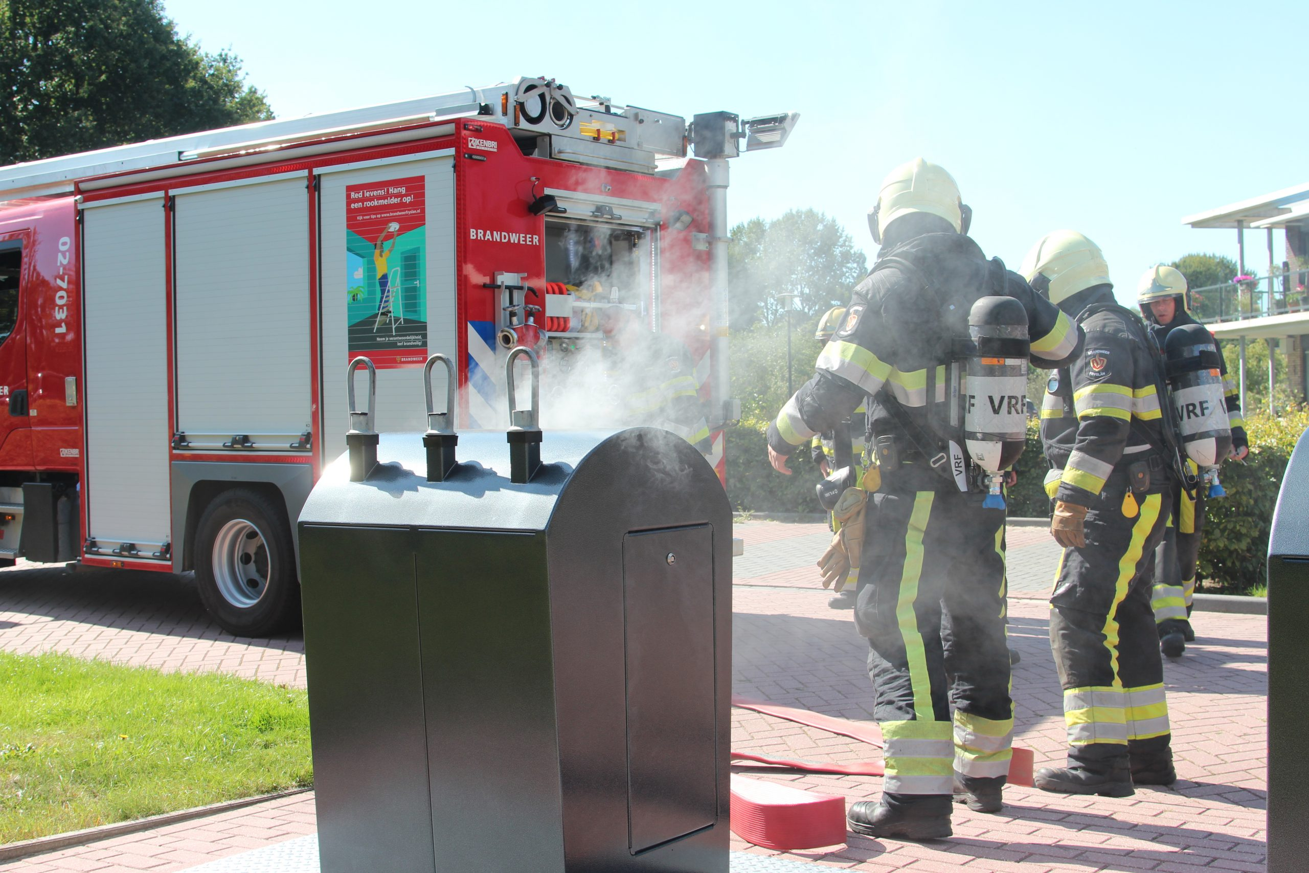 Brandweer Blust brand in ondergronds container aan de Lauwers in Drachten