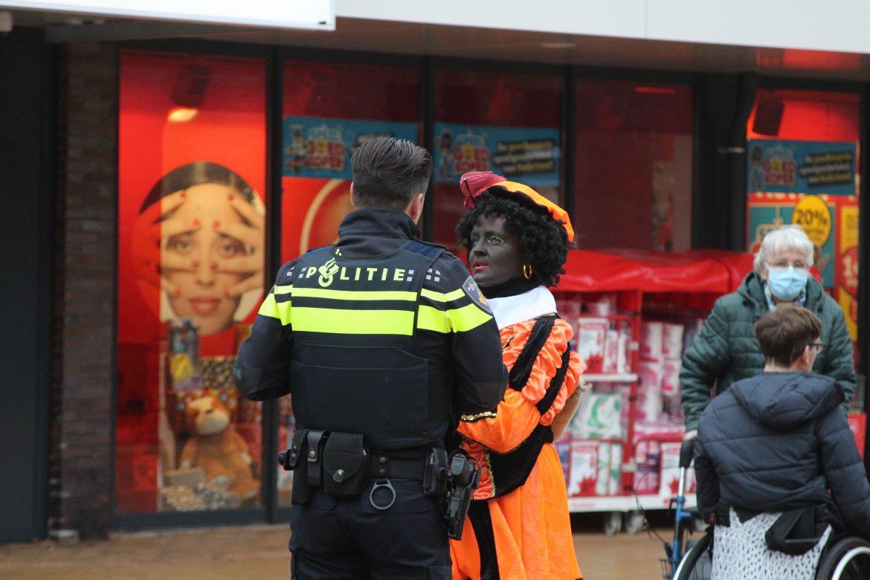 Pieten worden aangesproken door de politie op coronamaatregels in de wieken in Drachten