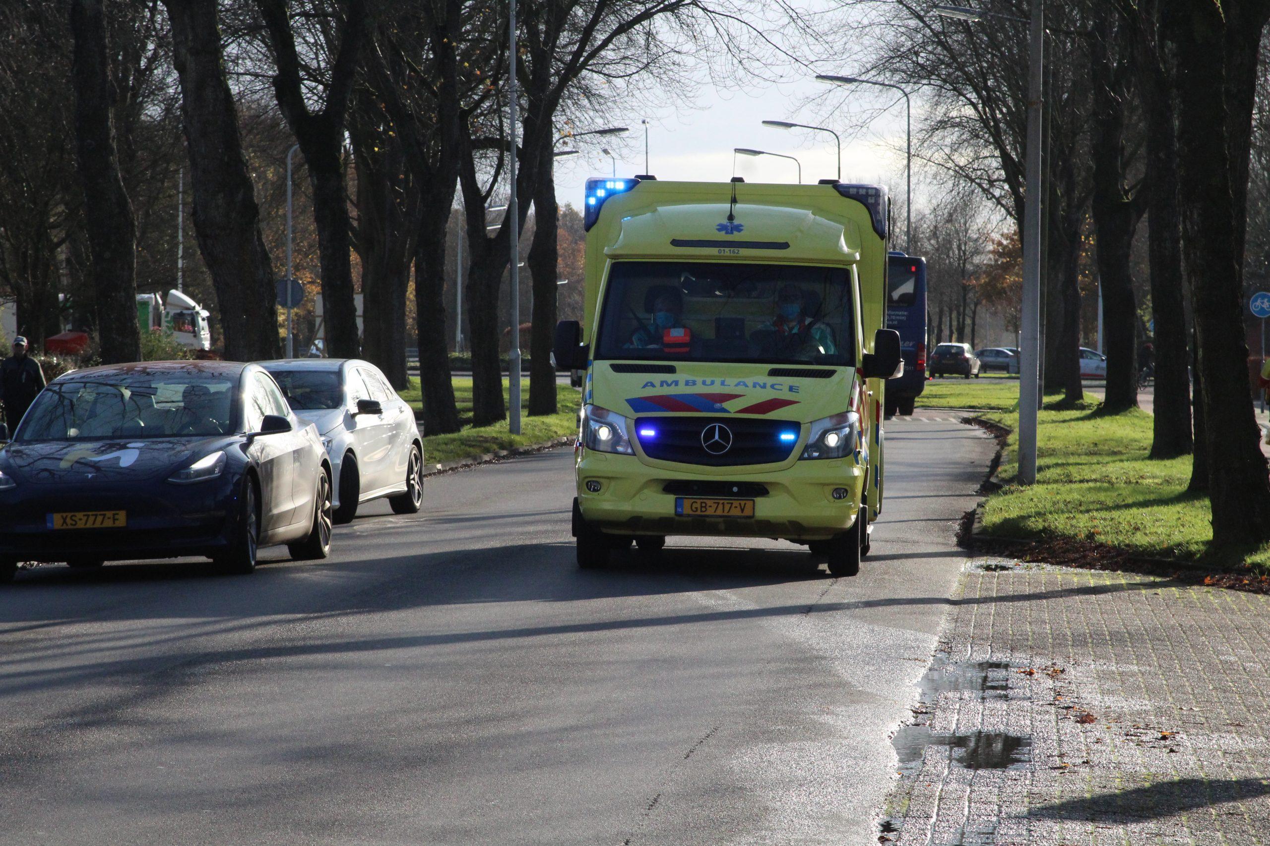 Busje eindigt frontaal tegen boom bij Beetsterzwaag , bestuurder naar ziekenhuis
