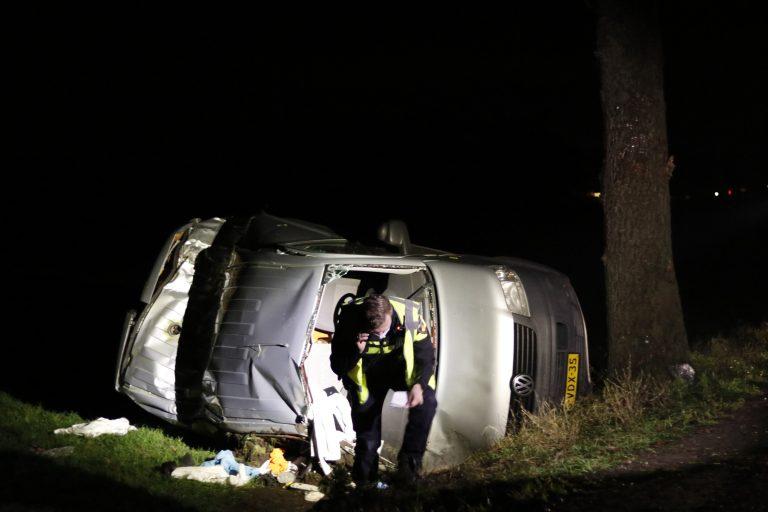 Bestuurder raakt ernstig gewond na eenzijdig ongeval bij Bakkeveen