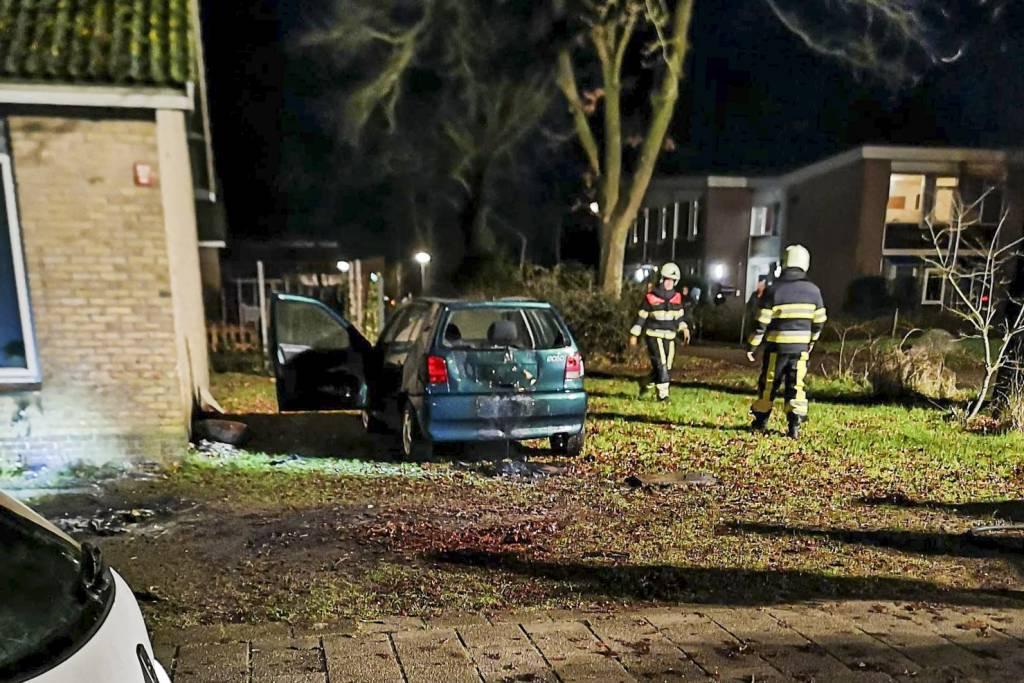 Sint Nyskter brandweer blust Auto brand aan kerklaan in Sint Nicolaasga
