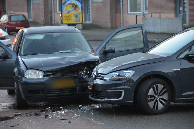 Twee Auto's met elkaar in botsing één persoon raakt gewond aan de aan de Bleeklaan inLeeuwarden