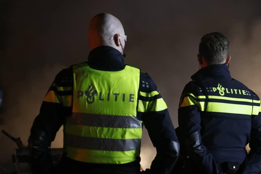 Arrestatieteam haalt verwarde persoon uit de woning aan de Kringgreppelstraat in Oosterwolde