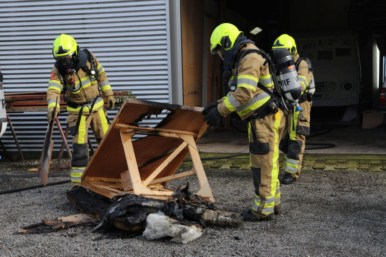 Brandweer rukt uit voor brand in een houthandelsbedrijf aan de werf in gorredijk