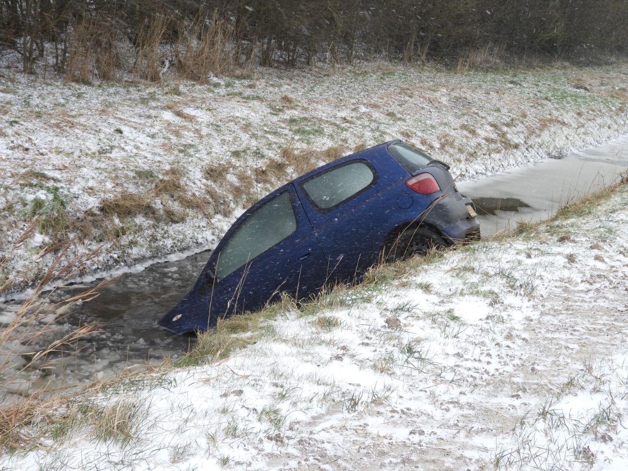 Meerdere auto's belande in de sloot na Sneeuwval en gladheid in Friesland