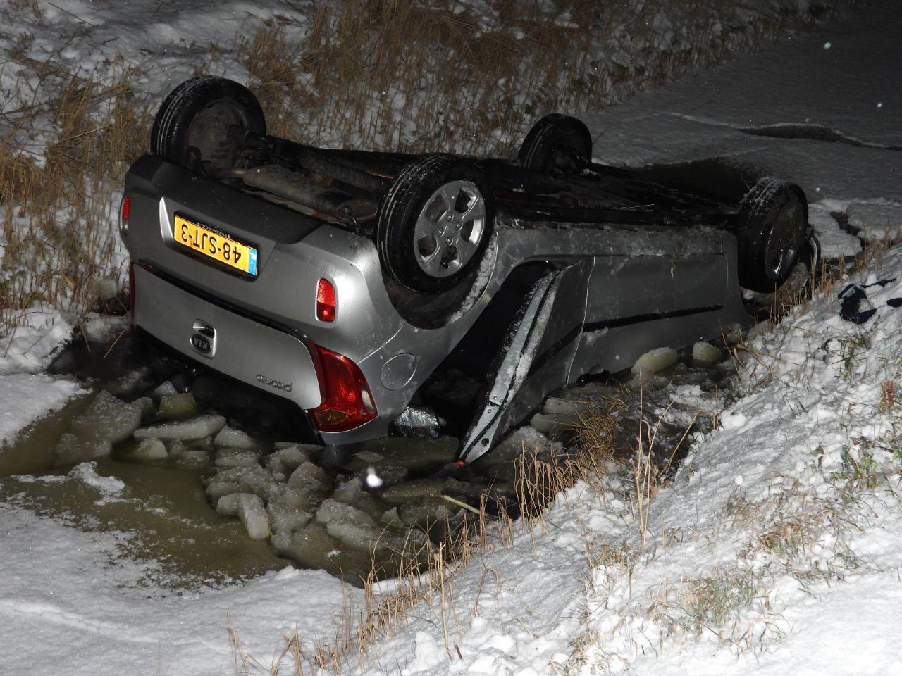 Twee inzittenden belande op de kop in de sloot na Sneeuwval bij Blije