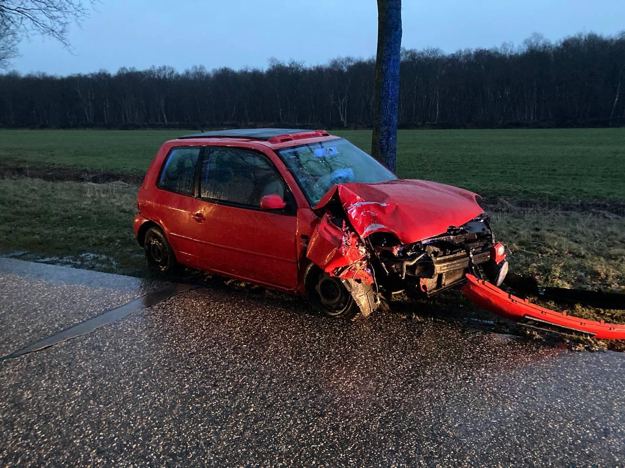 bestuurster botst tegen boom aan na Eenzijdig ongeval op de Jan Evertswei bij Hoornsterzwaag