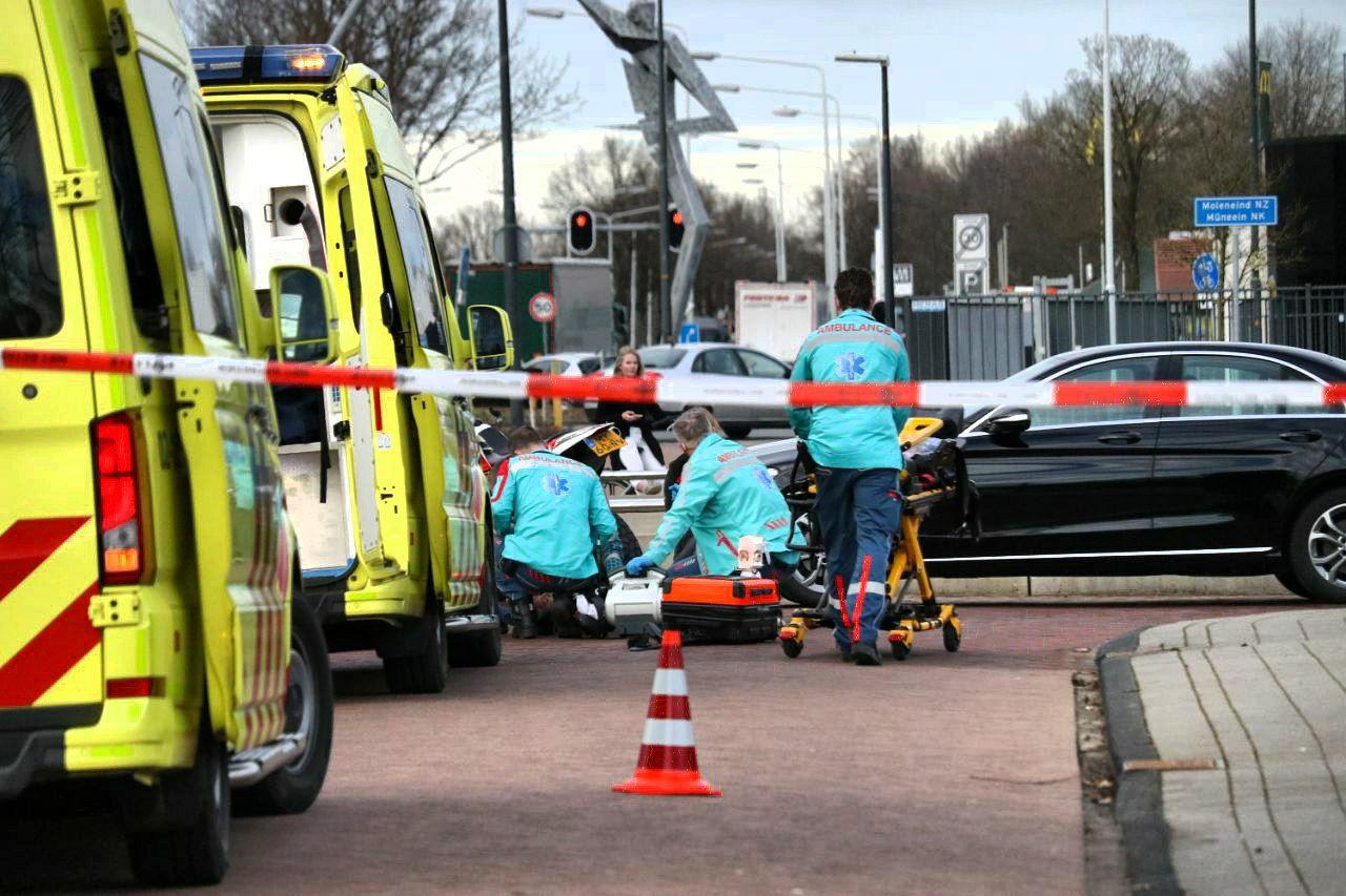 Video Vrouw loopt ernstig hoofdletsel op na eenzijdig ongeval op het Moleneind Zuidzijde in Drachten
