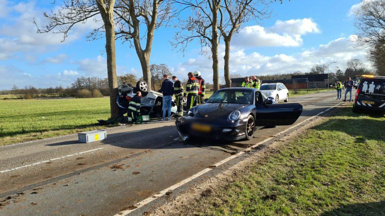 Peugeot belandt op de kop na aanrijding met Porsche op de Skieding bij Surhuisterveen