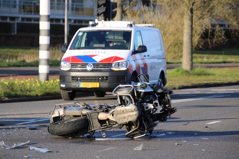 Motorrijder gewond na botsing met auto op Vrijheidsplein in Leeuwarden