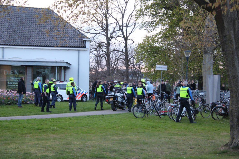 jongeren bekolgen politiemensen in Prinsentuin in Leeuwarden