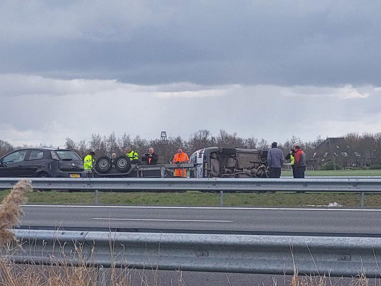 Auto en aanhanger belandt op zijn kant na eenzijdig ongeval op de A7 bij Haskerhorne