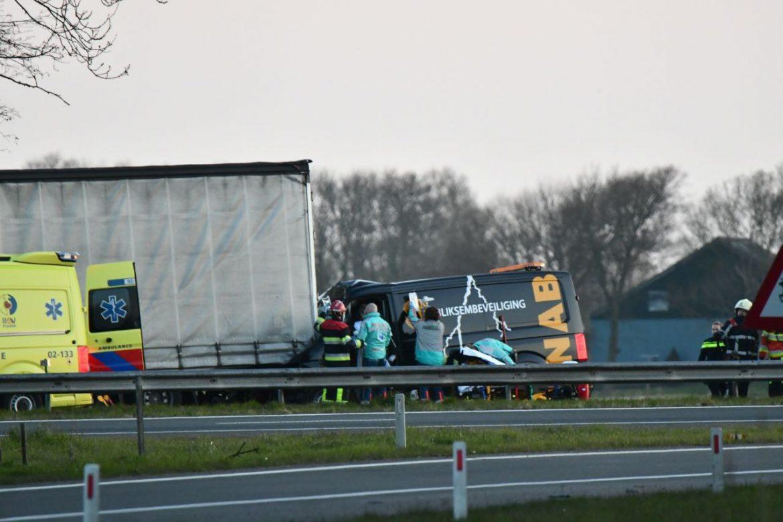 Bestuurder raakt zwaargewond na botsing met vrachtwagen
