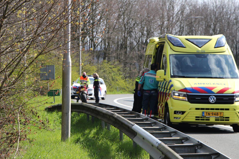 Motorrijder gaat onderuit raakt gewond op de oprit van A7 naar de N31