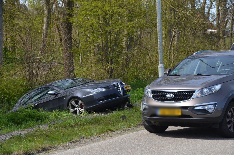 Auto belandt half in de sloot na aanrijding in Burdaard