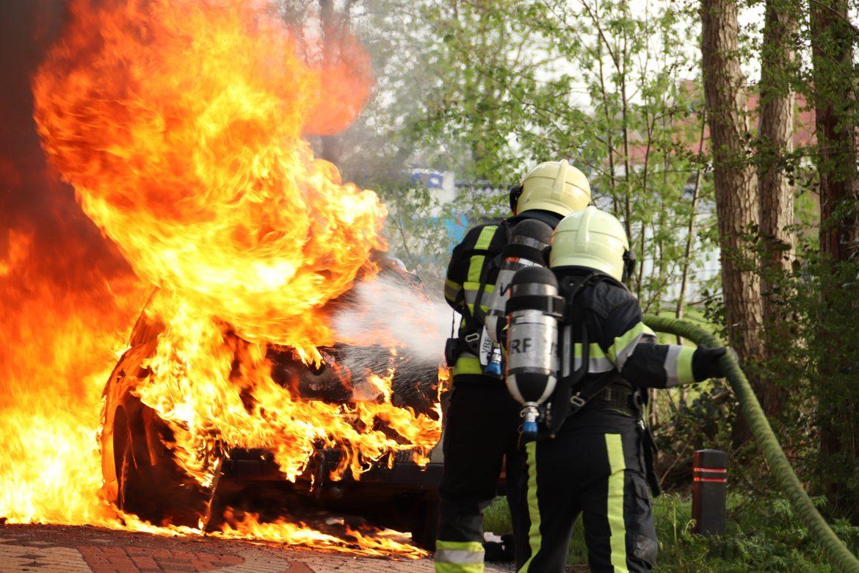 Renault volledig verwoest door felle brand in De Tike