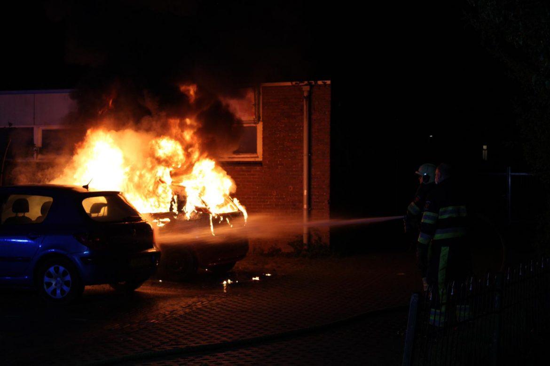 Auto verwoest na felle brand in Leeuwarden