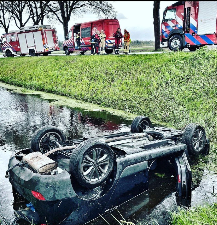 Auto belandt in sloot in Smilde, bestuurder ongedeerd