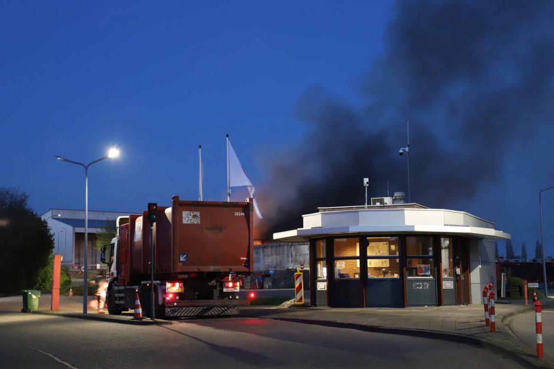 Zeer grote uitslaande brand bij vuilstort in leeuwarden