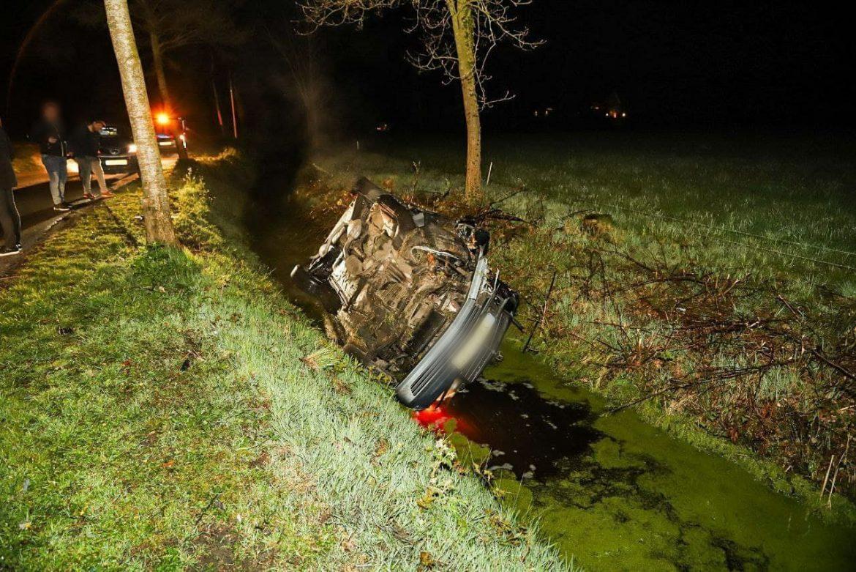 Bestuurder botst tegen boom en beland in de sloot langs de Landyk (N369)