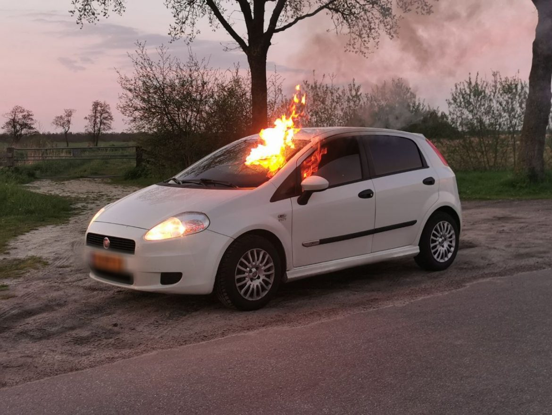 Brandweer ingezet voor autobrand in Twijzel
